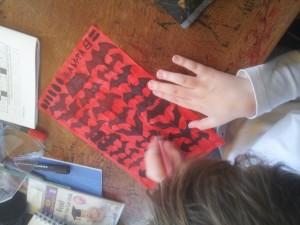 Tegning. Martin farvelægger udprint af Batman-logoer
