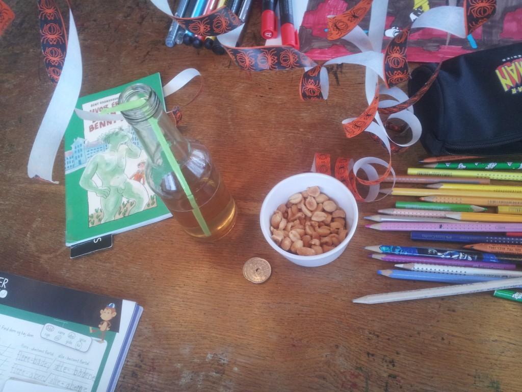 En del af dagens belønning: Sukkerfri og hjemmelavet ice-tea, peanuts og penge.