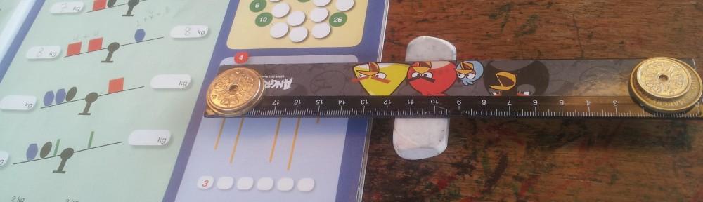 Vi bruger lineal og vidskelæder som vægt eller vippe og mønter som lodder