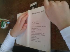 Martin er startet med en ny læsebog: Tine og Bister