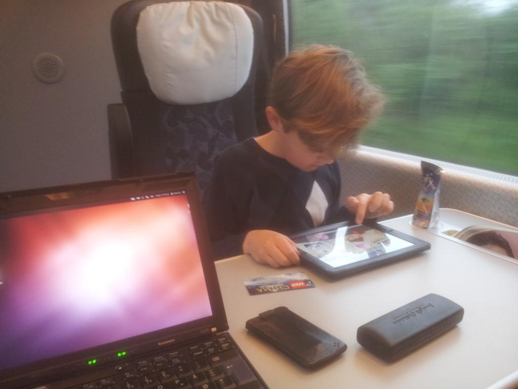Martin arbejder med iPad i toget