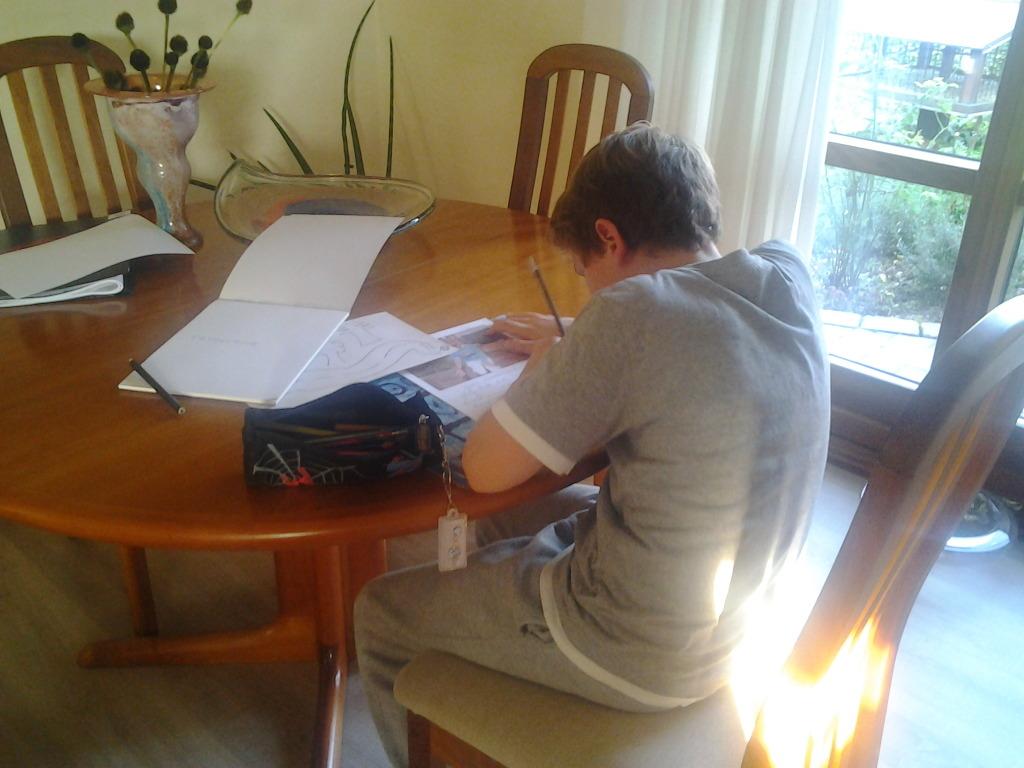 Martin skriver fri tekst til to billeder fra sommerferien 2014