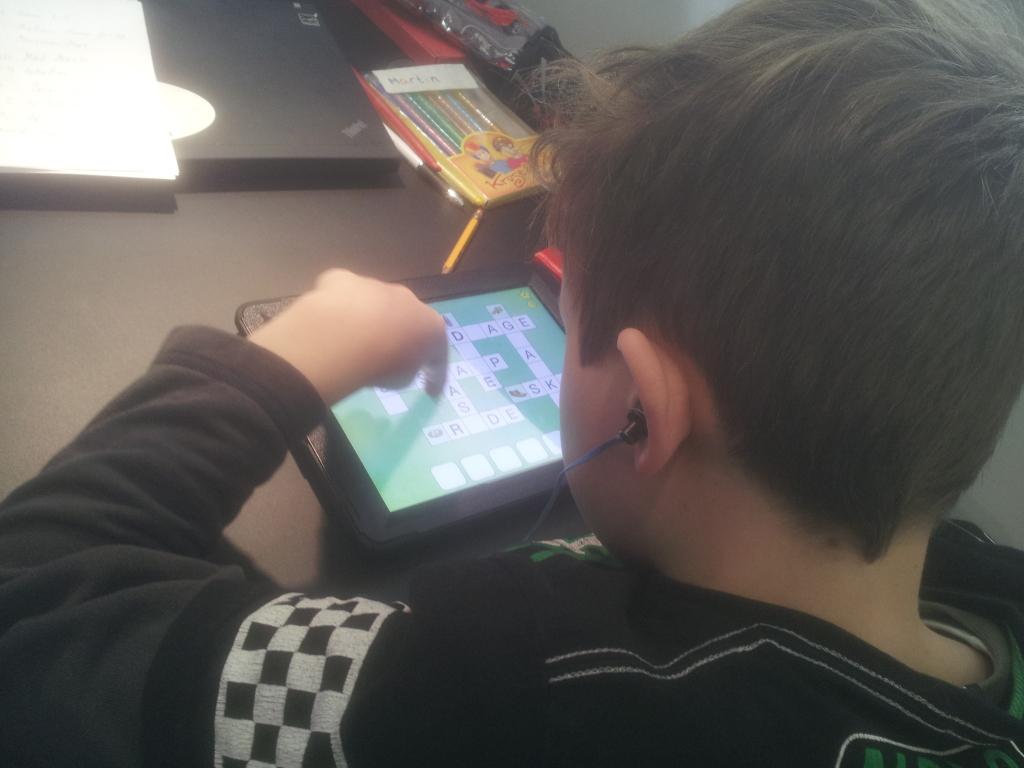 Martin arbejder på iPad'en (krydsord på dansk)