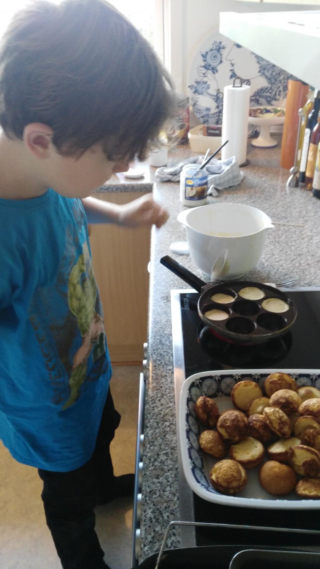 Martin laver æbleskiver og bager småkager - 01